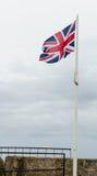 在堡垒St凯瑟琳,圣乔治的海岛,百慕大上的英国旗子飞行 免版税图库摄影