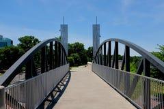 在堤堰水闸的步行桥 免版税库存照片