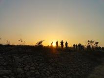 在堤堰的Preople在Chitwan国家公园河 库存图片