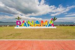 在堤道的巴拿马字法在巴拿马城 免版税图库摄影