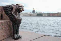 在堤防的埃及新来的人雕象 图库摄影