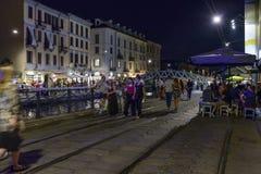 在堤防的夜生活在重创的Naviglio,米兰,意大利 免版税库存照片