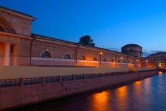在堤防的夜视图在圣彼德堡,俄罗斯 免版税库存照片