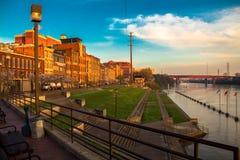 在堤防的日出坎伯兰河 免版税图库摄影