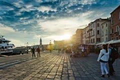 在堤防的日落在威尼斯 威尼斯是一个多数popu 免版税库存照片