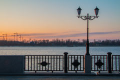 在堤防的灯笼在黎明 免版税库存照片