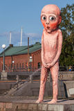 在堤防的红色撒尿的大雕象在赫尔辛基的中心 免版税图库摄影