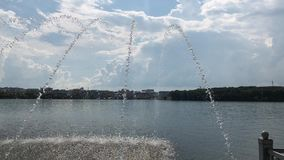 在堤防的Fantans沿湖 股票录像