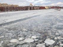 在堤防附近的冻莫斯科河在莫斯科 免版税库存图片