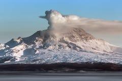 在堪察加半岛的爆发活跃舍维留奇火山火山 库存图片