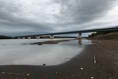 在堪察加河,俄语远东,堪察加半岛的现代桥梁 免版税库存图片
