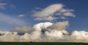 在堪察加活火山的看法有多雪的小山的 免版税库存照片