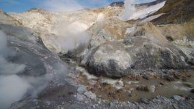 在堪察加的火山运动:上升暖流,在活跃穆特洛夫斯基火山火山火山口的喷气孔领域  欧亚大陆,俄语远东 股票视频