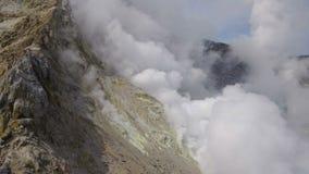 在堪察加的火山运动:上升暖流,在活跃穆特洛夫斯基火山火山火山口的喷气孔领域  欧亚大陆,俄语远东 影视素材