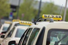 在堵塞的出租汽车