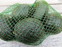 在塑料净大袋的新鲜的鲕梨果子 免版税图库摄影