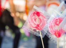 在塑料套的颜色棒棒糖 免版税图库摄影