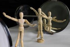 在塑料姿势的时装模特在镜子前面 免版税库存图片