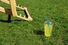 在塑料杯子的柠檬水 图库摄影