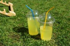 在塑料杯子的柠檬水 库存照片
