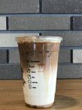 在塑料杯子的焦糖macchiatto 免版税库存照片