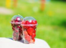 在塑料杯子的莓果 库存照片