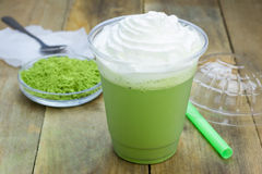 在塑料杯子的绿茶frappe 免版税库存照片