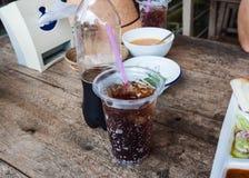 在塑料玻璃的可乐 免版税库存图片
