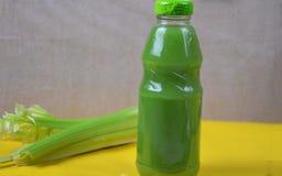 在塑料瓶的健康戒毒所汁液在软的橙色背景 装瓶五颜六色 健康有机饮料 不同 库存照片