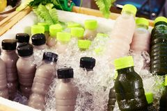 在塑料瓶的自创果汁在冰 免版税库存图片