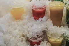 在塑料的果汁拿走玻璃在冰块下 库存照片