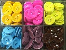 在塑料盒的五颜六色的按钮衬衣 库存照片