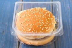 在塑料盒的汉堡包 免版税库存图片