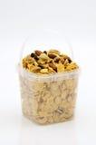 在塑料盒的焦糖玉米片 免版税图库摄影