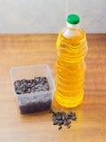 在塑料盘子和瓶的向日葵种子向日葵油 免版税库存图片