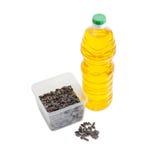 在塑料盘子和瓶的向日葵种子向日葵油 图库摄影