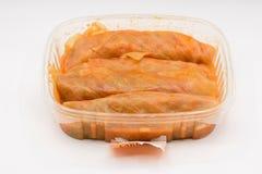 在塑料盘子的白菜卷劳斯 免版税库存图片