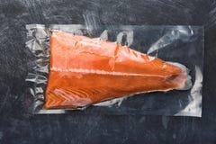 在塑料真空包装包装的三文鱼内圆角 免版税库存照片