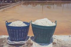 在塑料篮子的白色盐水盐湖边缘的蒸发地方的泰国的乡下的 库存图片