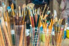 在塑料罐头的艺术家油漆刷 库存照片