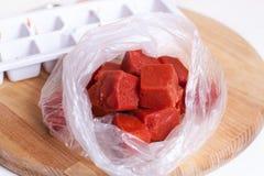 在塑料袋的切成小方块的蕃茄纯汁浓汤 免版税库存图片