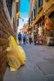 在塑料袋的垃圾在街道上 库存照片