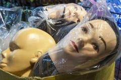 在塑料袋的时装模特商店假的头 免版税图库摄影
