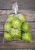 在塑料袋的苹果计算机果子 库存照片