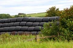 在塑料袋的被存放的干草在农场、农田或者领域 免版税库存图片