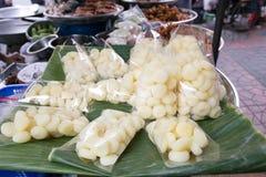 在塑料袋的被蒸的水坚果出售的在轰隆Lampu市场,曼谷,泰国上 库存图片