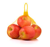 在塑料滤网大袋的苹果在白色背景 免版税库存照片