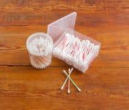 在塑胶容器的两根不同棉花棒在老板条 免版税图库摄影