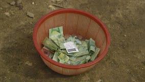 在塑胶容器的捐赠的现金,莫尔斯比村庄 影视素材