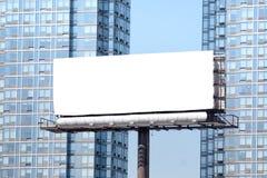 在塔之间的大白色广告牌。 库存图片